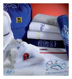 Broderie personnalisée sur essuie-mains, serviettes et draps de bain sur mesure